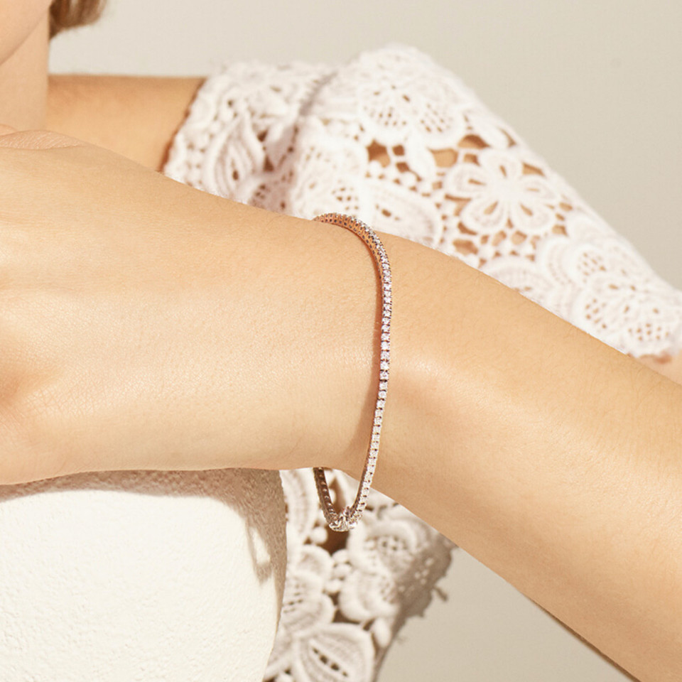 Bracelet Rivière en or blanc recyclé 18K et diamants de synthèse porté bridal- Courbet - Courbet