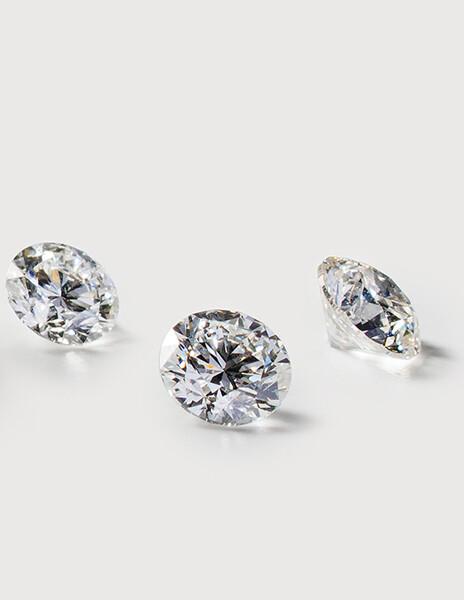 Trois diamants synthétiques ronds