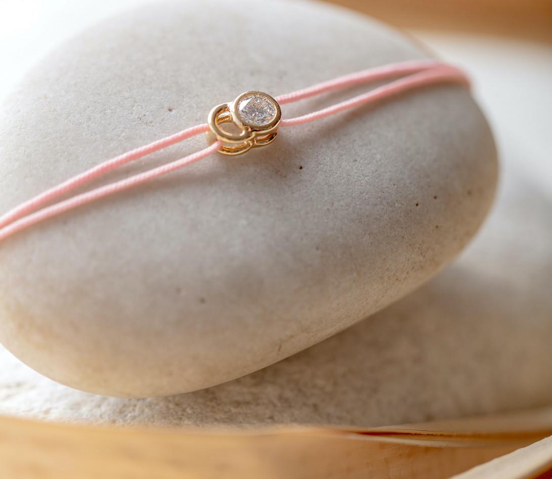 Bracelet cordon LET'S COMMIT rose ballerine en or blanc - Porté 1