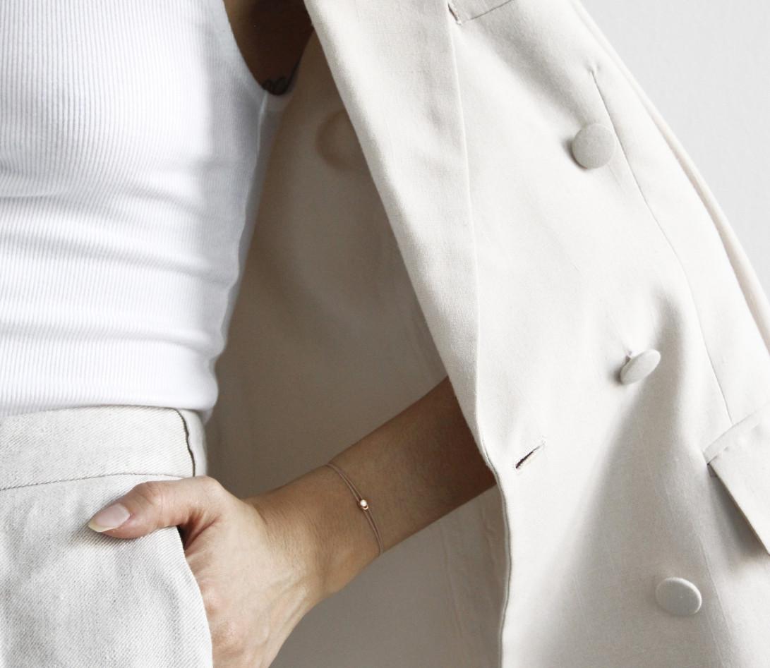 Bracelet cordon LET'S COMMIT beige sable en or rose - Porté 1