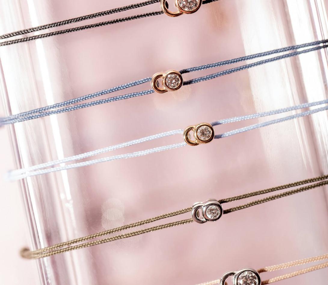 Bracelet cordon LET'S COMMIT bleu nuage en or rose - Porté 2