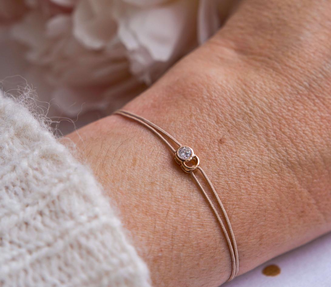 Bracelet cordon LET'S COMMIT beige sable en or jaune - Porté 2