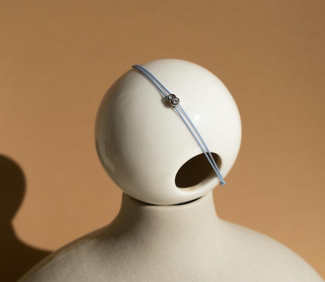 Bracelet cordon LET'S COMMIT bleu nuage en or blanc - Porté 1