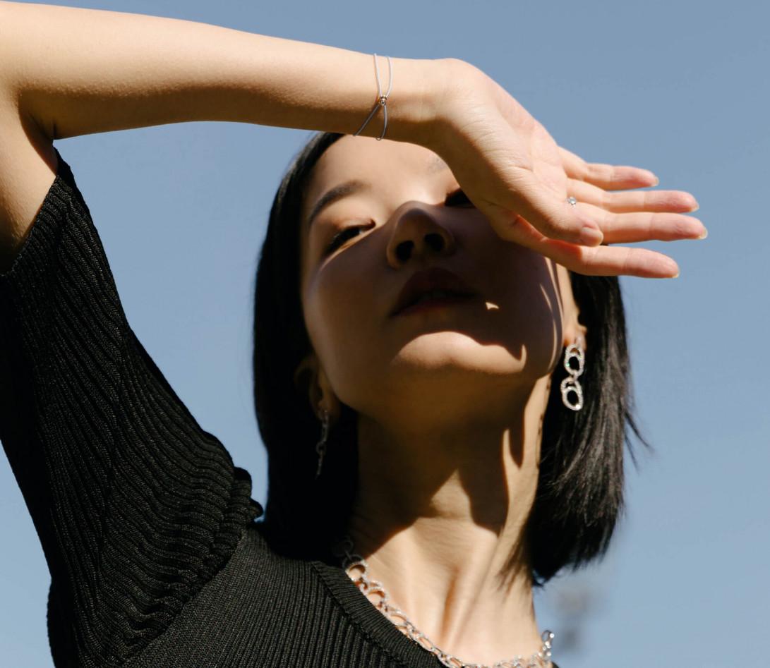 Bracelet cordon LET'S COMMIT bleu nuage en or rose - Porté 1