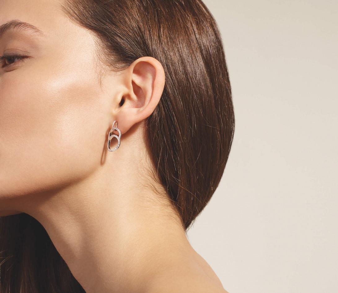Boucles d'oreilles pendantes CELESTE pavées en or blanc - Vue 2