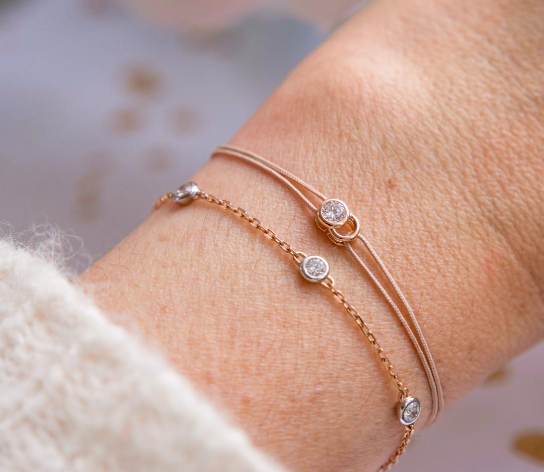 Bracelet cordon LET'S COMMIT beige sable en or rose - Porté 2