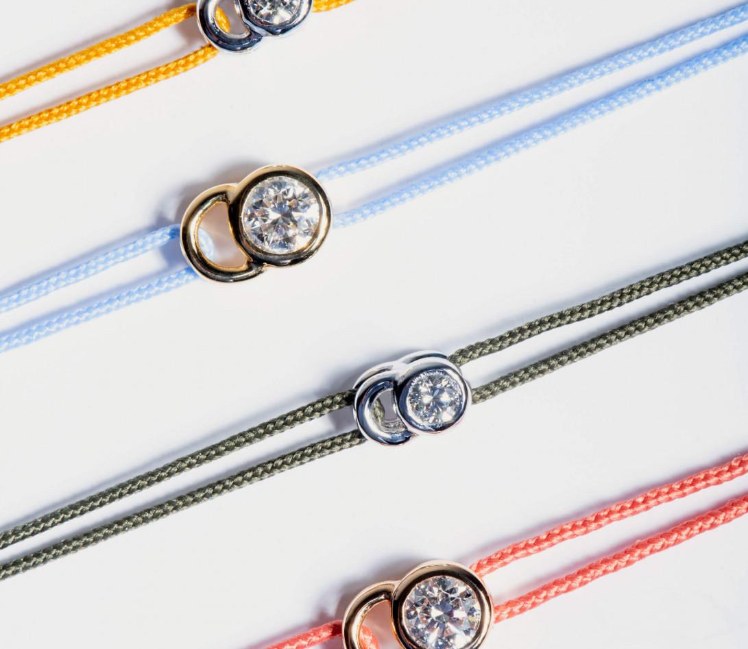 Bracelet cordon LET'S COMMIT vert jungle en or rose - Porté 3