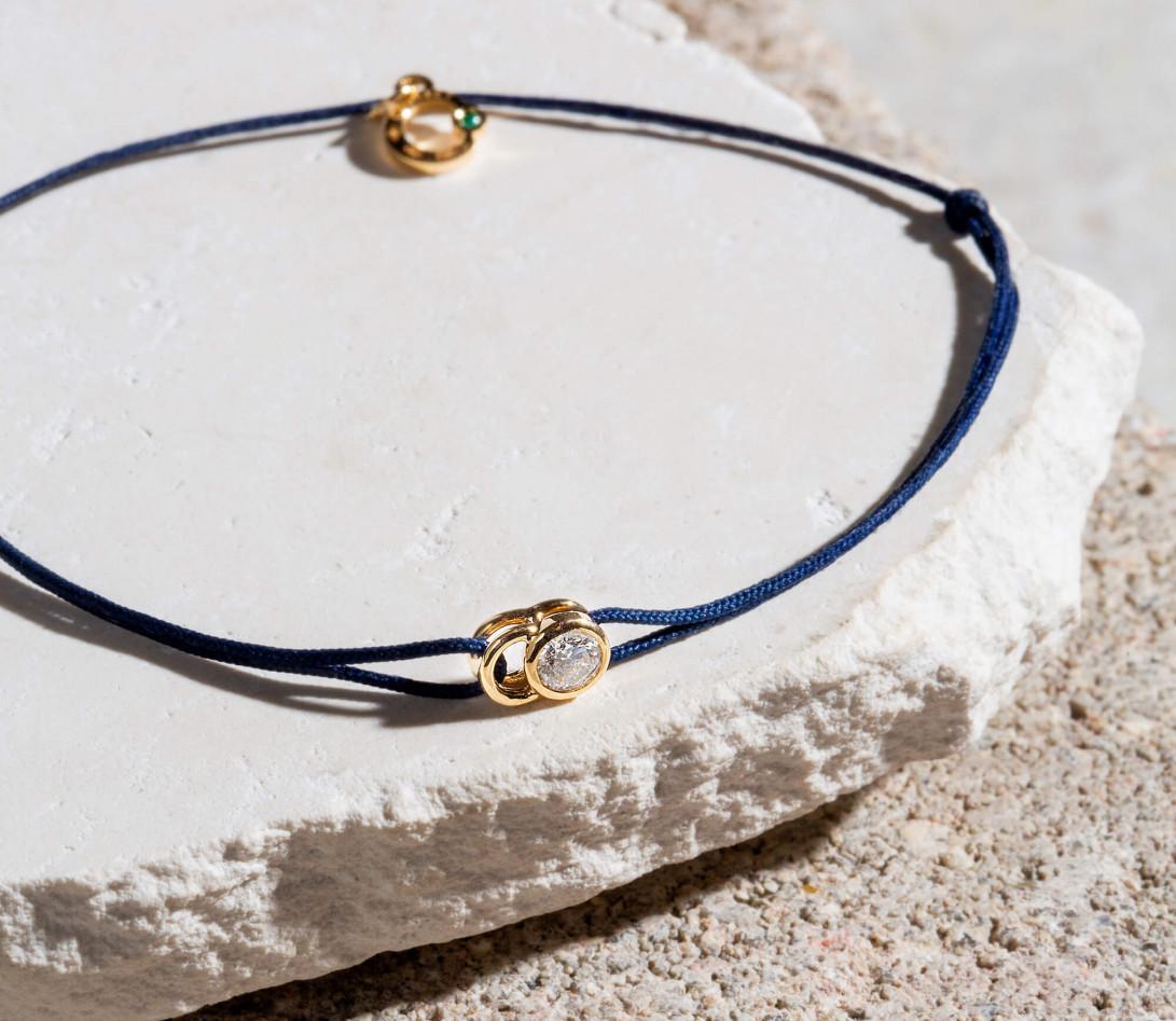 Bracelet cordon LET'S COMMIT bleu Courbet en or blanc - Porté 2