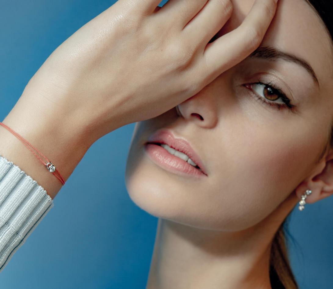 Bracelet cordon LET'S COMMIT orange corail en or rose - Porté 3