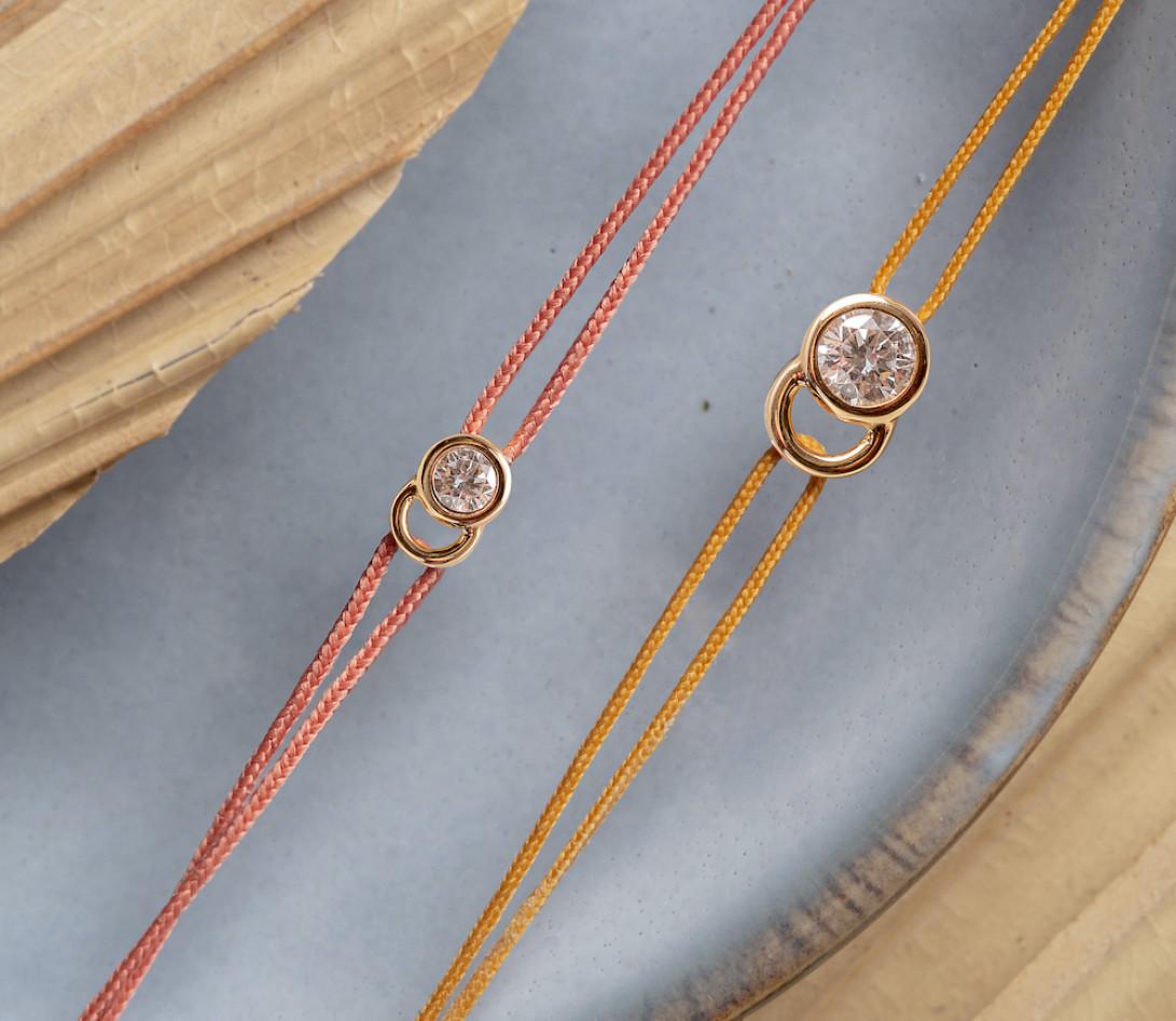 Bracelet cordon LET'S COMMIT orange corail en or rose - Porté 1