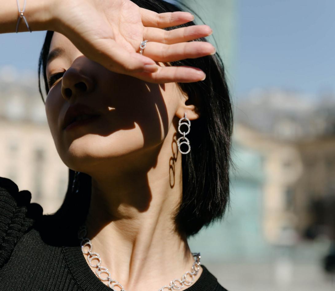 Boucles d'oreilles pendantes CELESTE pavées double en or blanc 18K recyclé et diamants de synthèse - Courbet - Vue 2
